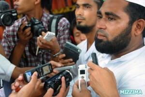 Muslim-men-wait-to-speak-with-Aung-San-Suu-Kyi-1