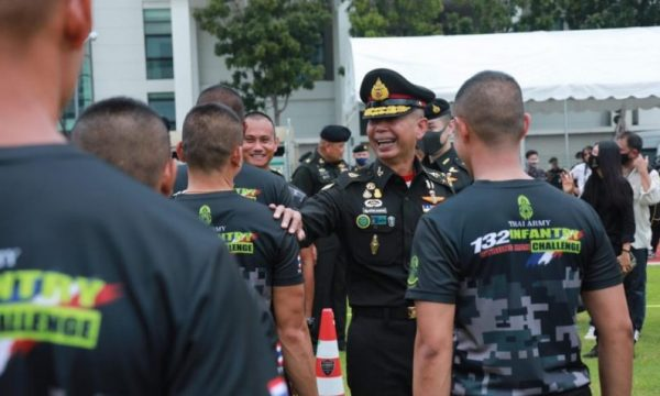 Nuova fazione reale Colletto Rosso guida i militari thai