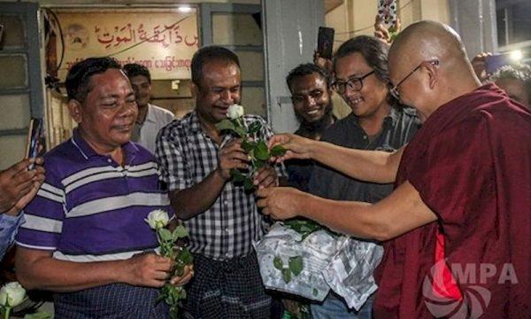 Visita del monaco buddista Seindita a Yangoon ai musulmani in preghiera