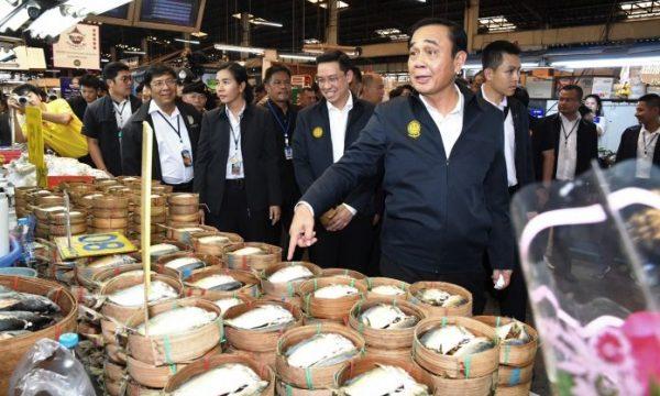 Regalo dell'anno nuovo per i poveri da parte della giunta thailandese