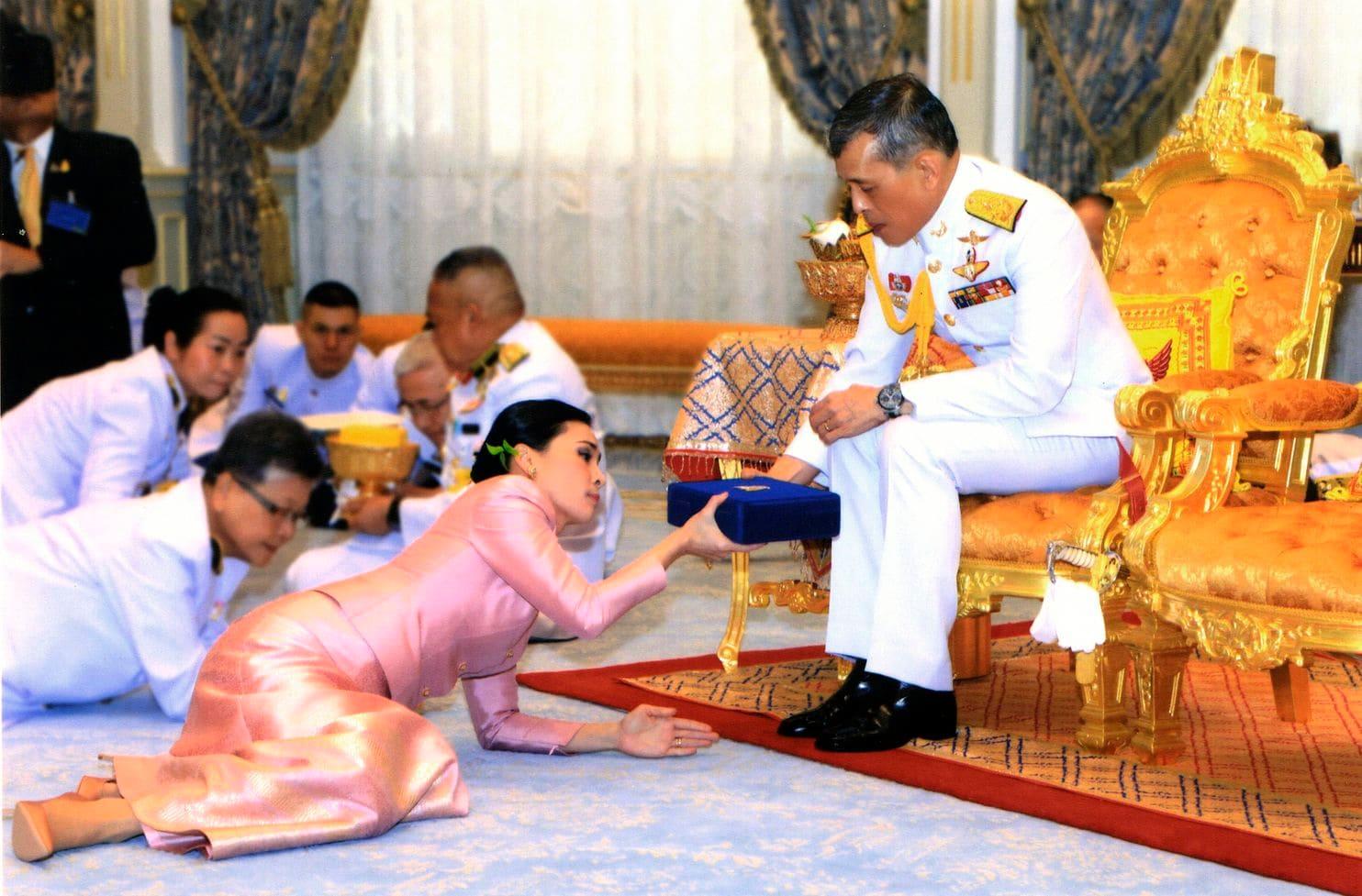Matrimonio Simbolico In Thailandia : Suthida la nuova regina thailandese al fianco di re vajiralongkorn