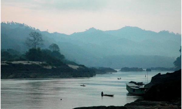 Una diga trasforma il grande fiume Mekong in un ruscello sabbioso
